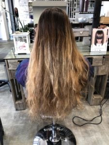 Capelli biondi lunghi con natural balayages 2